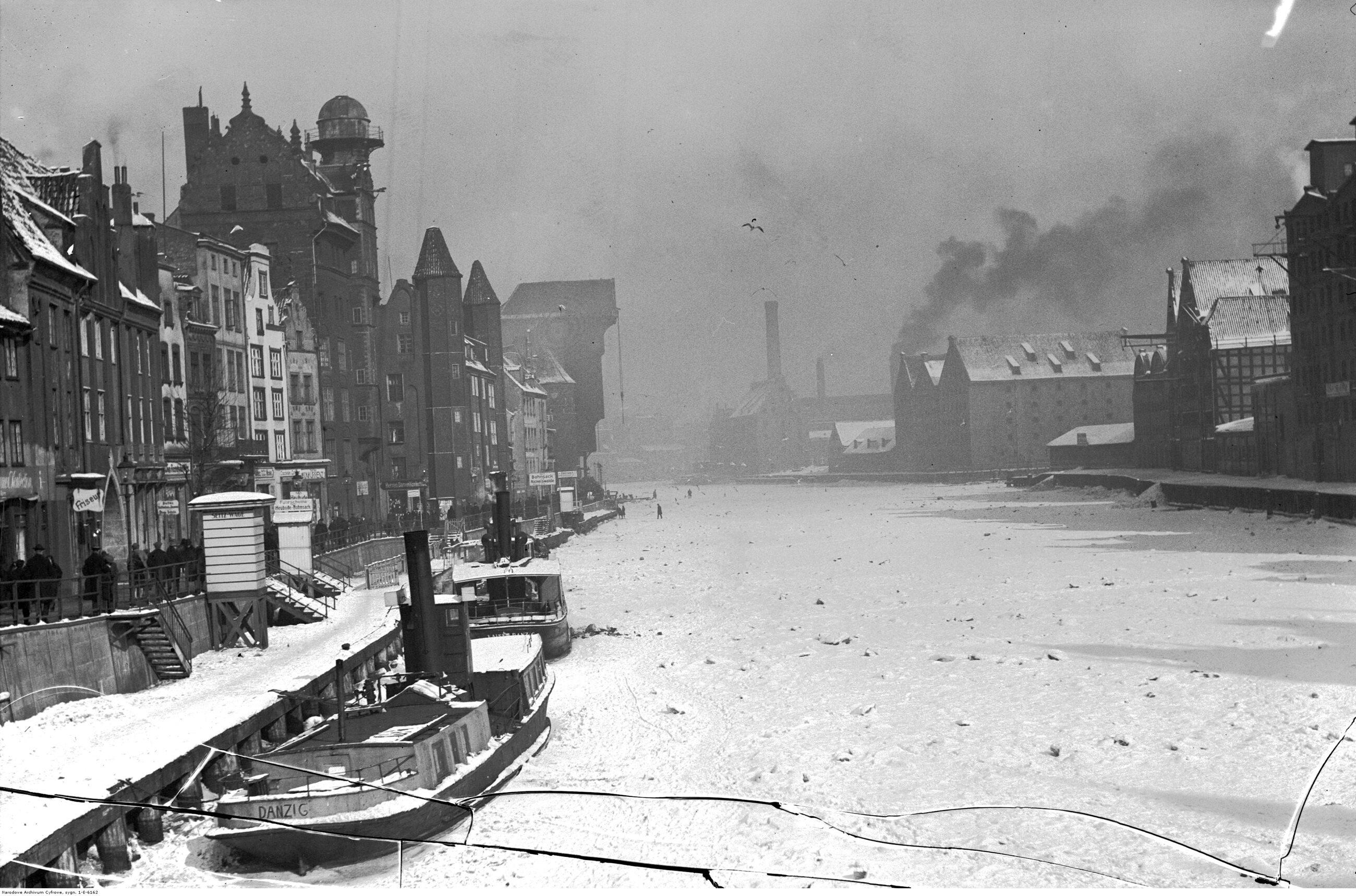 Gdańsk Zestawienie przygotowane w 1939 r. przez GUS nie obejmowało oczywiście Gdańska, który był wówczas wolnym miastem. W 1939 r. cały teren Wolnego Miasta Gdańska zamieszkiwało 388 tys. ludzi, w tym 250 tys. sam obszar miejski. To dawałoby Gdańskowi szóste miejsce pod względem wielkości w II RP. Obecnie Gdańsk liczy 464 tys. mieszkańców.