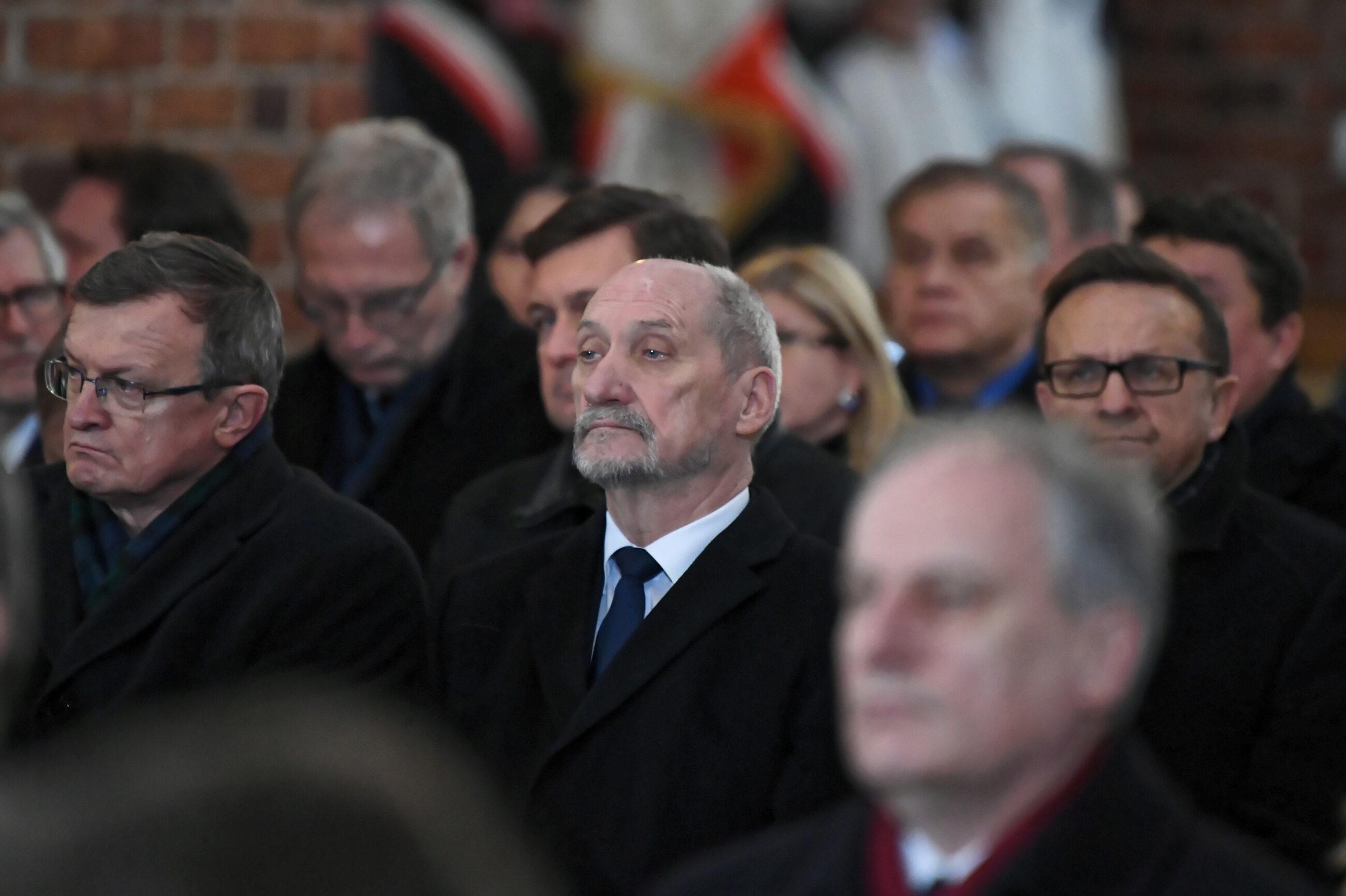 Antoni Macierewicz i Tadeusz Cymański na uroczystościach pogrzebowych Jolanty Szczypińskiej