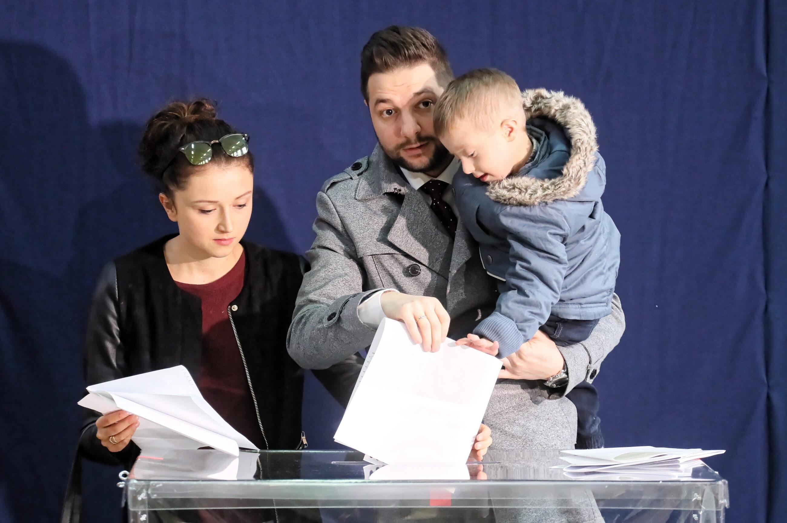 Patryk Jaki podczas głosowania w Warszawie