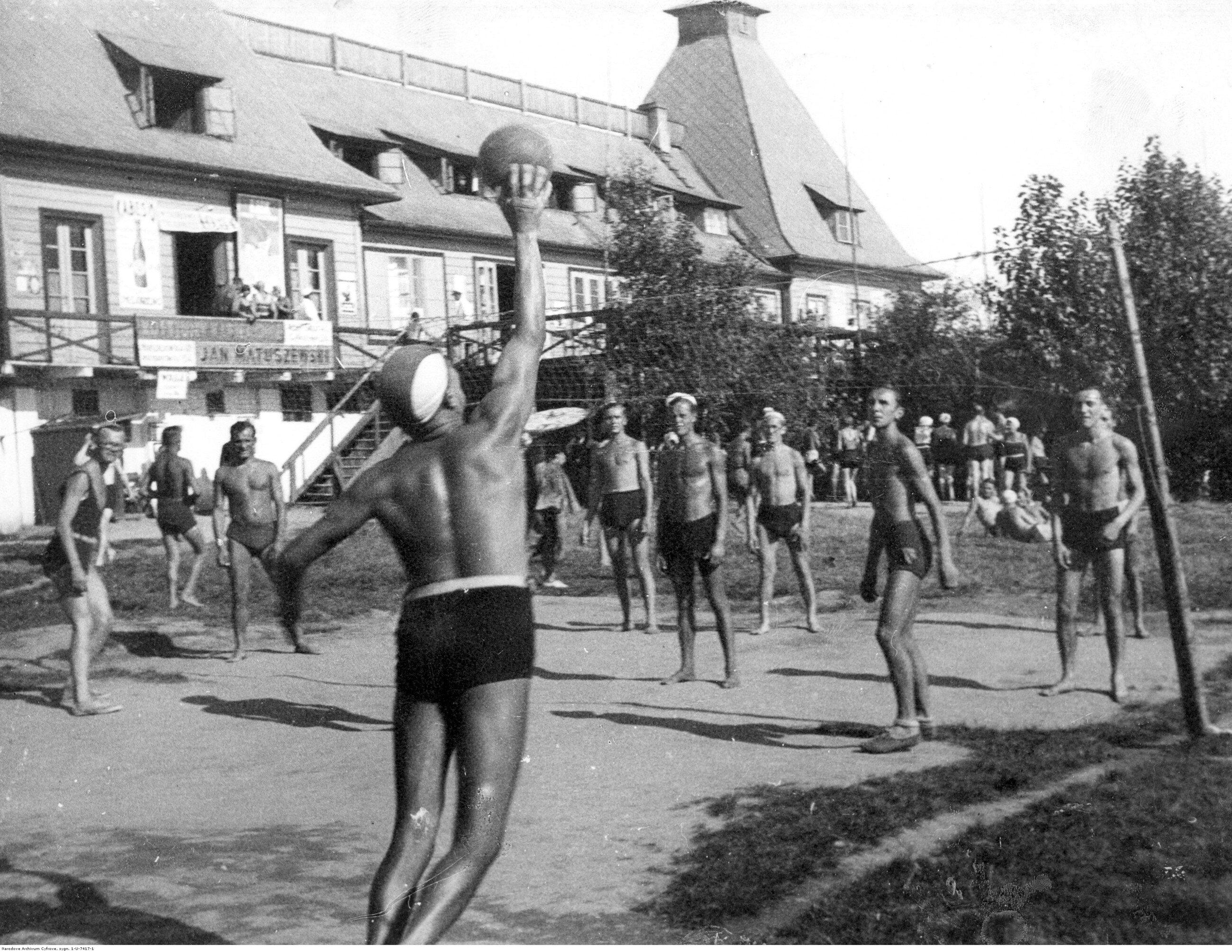Warszawa, 1931 r. Siatkówka na Plaży Braci Kozłowskich.