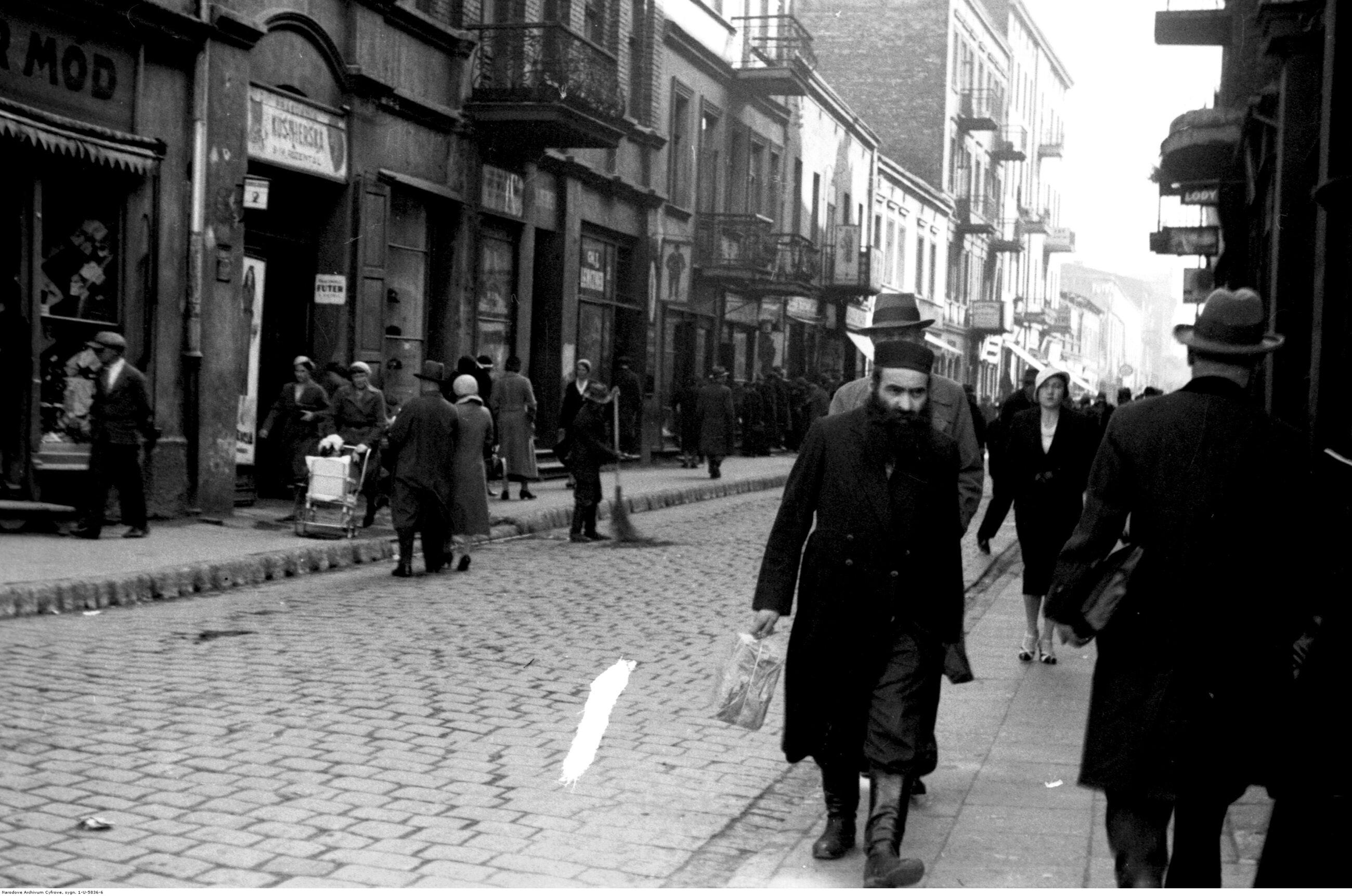 Sosnowiec Pierwszą dziesiątkę największych przedwojennych miast zamyka Sosnowiec. W 1939 r. było to drugie co do wielkości - po Częstochowie - miasto woj. kieleckiego. Liczba ludności w 1939 r.: 130 tys., obecnie: 206 tys. Na zdjęciu: Sosnowiec w sierpniu 1933 r.